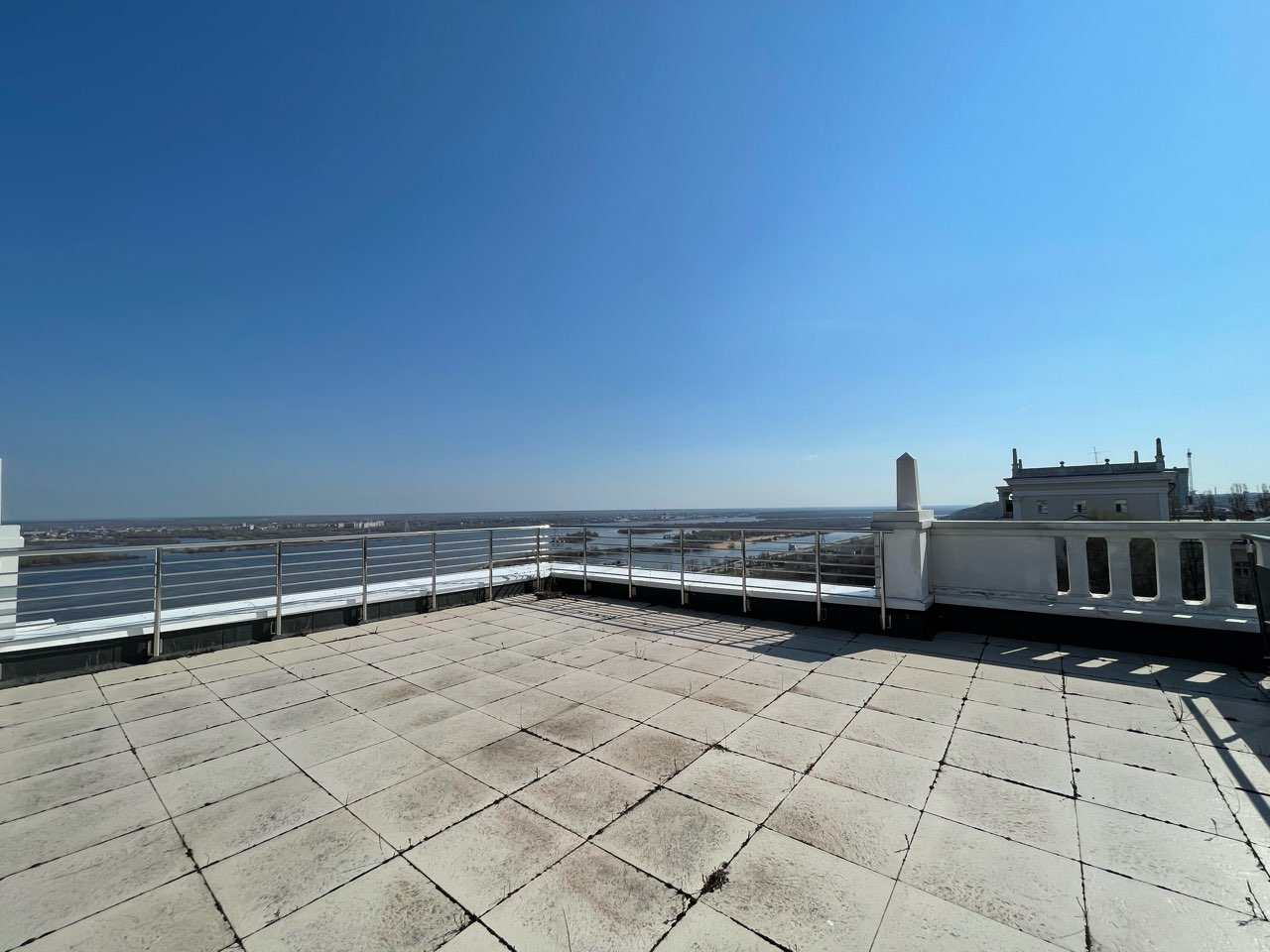 Эксплуатируемая крыша и волшебные виды из окон: как выглядят квартиры в самом «молодом» жилом доме на Верхне-Волжской набережной - фото 2